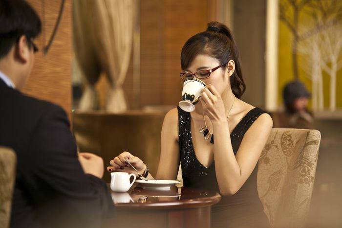喝咖啡的美女2.jpg