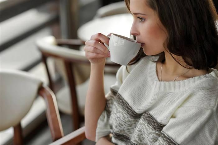 喝咖啡的美女.jpg
